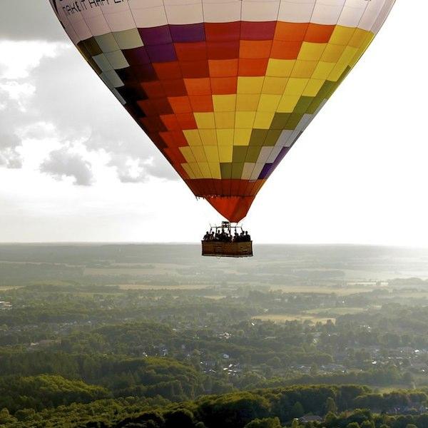 Luftballonen svæver helt stille med vinden over det smukke Danmark